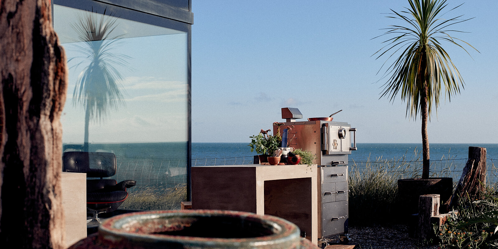 Lifestyle photographer oven by sea
